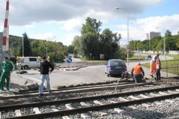 Chodník sa končí pred železničným priecestím.
