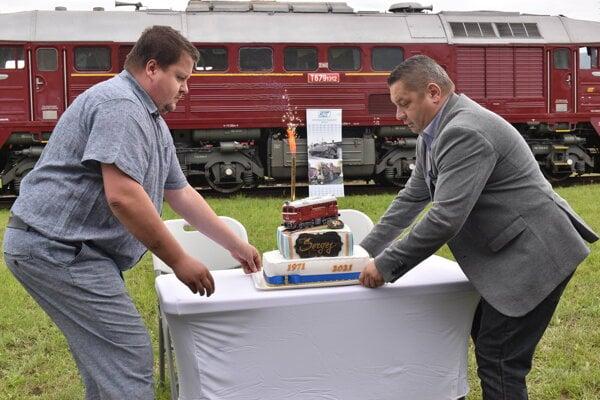 Členovia Podvihorlatského železničného spolku dali Sergejovi upiecť tortu.