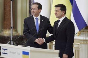 Izraelský prezident Jicchak Herzog (vľavo) a prezident Ukrajinxy Volodymyr Zelenskyj počas stretnutia v kyjeve.
