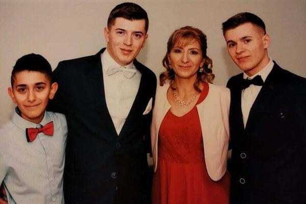 Mama Naďa a Vladkovi dvaja bratia (vľavo) veria, že sa im brat a syn čoskoro vráti domov.
