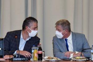 Zľava predseda Ústredného krízového štábu a minister vnútra SR Roman Mikulec (OĽaNO) a minister zdravotníctva SR Vladimír Lengvarský (nominant OĽaNO) počas zasadnutia Ústredného krízového štábu 6. októbra 2021.
