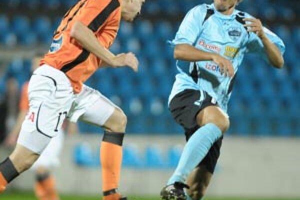 Nitra prehrala s Ružomberkom 1:2. Domáci Kollár v súboji s P. Maslom.
