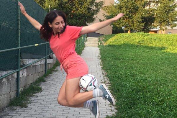 Mária Hutirová sa začala venovať futbalovému freestylu vroku 2019.