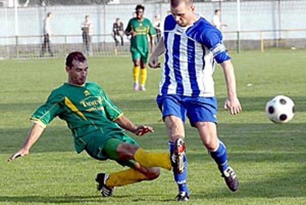 Topoľníky (v zelených dresoch) v hodovom zápase zdolali Čierny Brod 2:0.