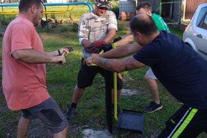 Dobrovoľníci počas akcie v obci Svrčinovec.