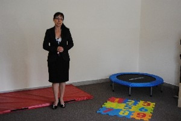 Janka Moravčíková predstavuje miestnosti a zariadenie pre autistov.