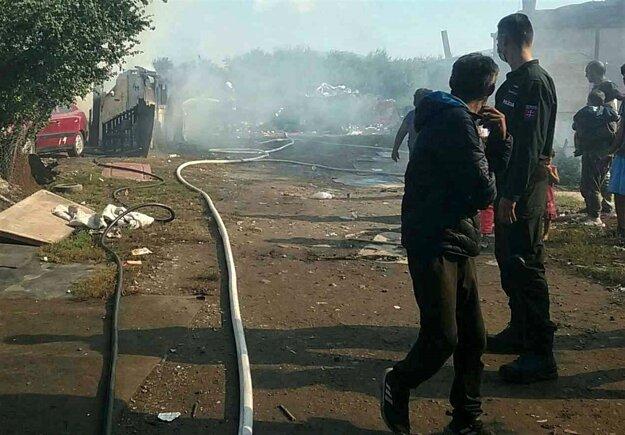 Zásah hasičov pri požiari chaty v Čani.