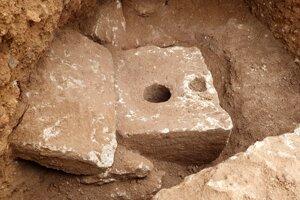 Súkromná toaleta z doby pred viac než 2 700 rokmi, ktorú archeológovia objavili v luxusnom paláci v Jeruzaleme.
