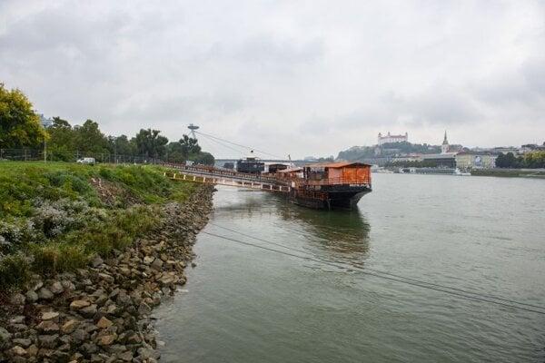 Znížená vodná hladina Dunaja 6. októbra 2021 v Bratislave spôsobenej plánovanými opravami na Vodnom diele Gabčíkovo.