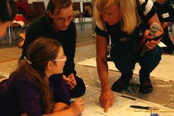 Organizátorka workshopu Elena Károvás s deťmi.