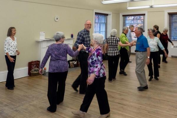 Na seniorov čakajú rôzne aktivity, napríklad aj tanec.