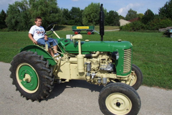Osemročný traktorista Martin Marko ovláda traktor tak, ako dospelák.