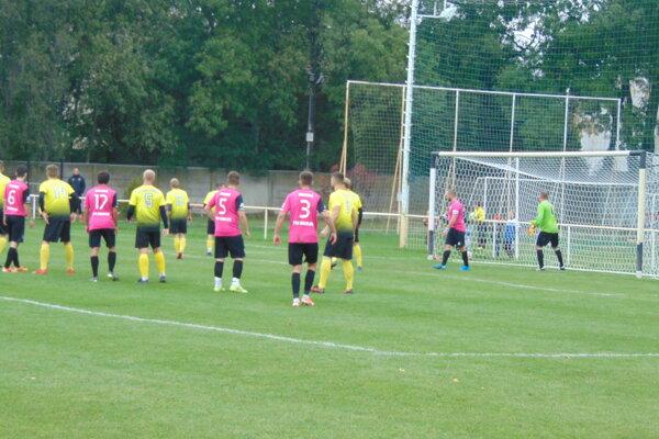 Momentka zo zápasu Pobedim (v žltom) - Brezová.