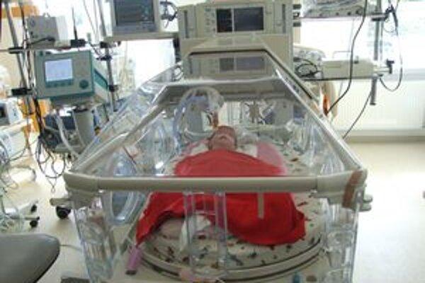 Dievčatko sa zotavuje po operácii.
