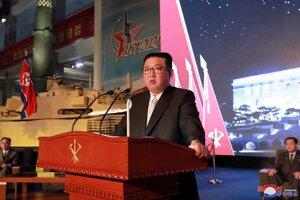 Kim Čong-un v prejave počas prehliadky obranného rozvoja Severnej Kórey.