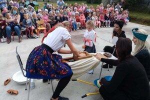 Učiteľky predviedli ukážku tlačenia kapusty.