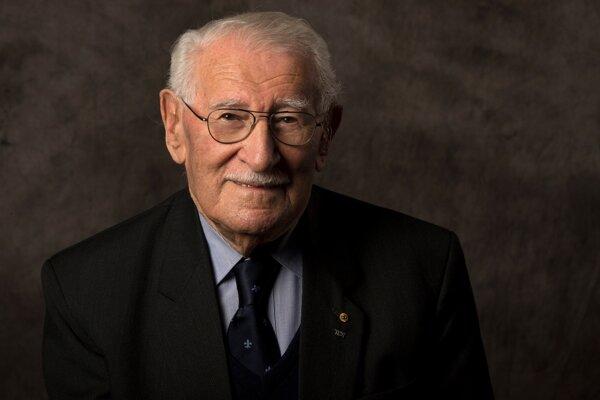 Na nedatovanej snímke židovského múzea v Sydney, Eddie Jaku, ktorý prežil koncentračné tábory aj pochod smrti, pózuje v Sydney.