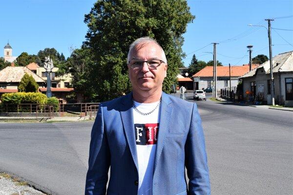 Starosta obce Čebovce Henrik Tóth je za vznikajúce vinárstvo rád, verí, že to oživí život v obci a aj turizmus.