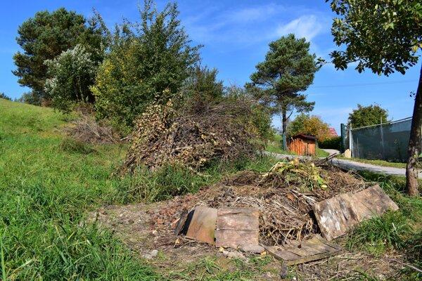 Navŕšené kopy bioodpadu na pozemku urbariátu v Považskej BYstrici.