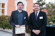Samuel Pastva(vľavo), víťaž súťaže mladých vedcov, s generálym riaditeľom Atos Česká republika Vladkom Šlezingrom.