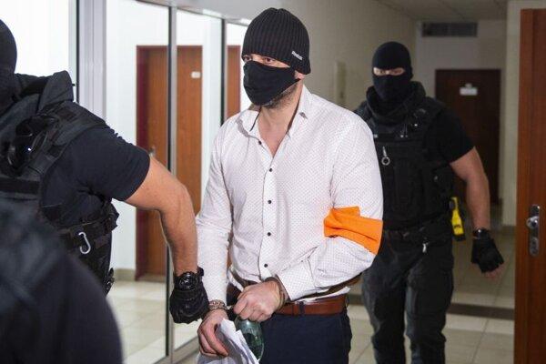 Peter Gašparovič počas príchodu na pojednávanie na Špecializovanom trestnom súde 28. júla 2021 v Pezinku.
