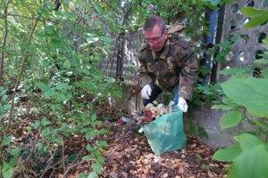 Prievidzský ochranár za plotom cintorínu vyzbieral staré plastové kytice j kahance.
