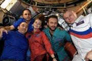 Režisér s herečkou a kozmonautmi na palube.