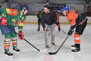 Úvodné buly hodil hokejový vicemajster sveta Ján Laco, v zelenom tím SERAFINS EAGLES vs BLACK HORSE