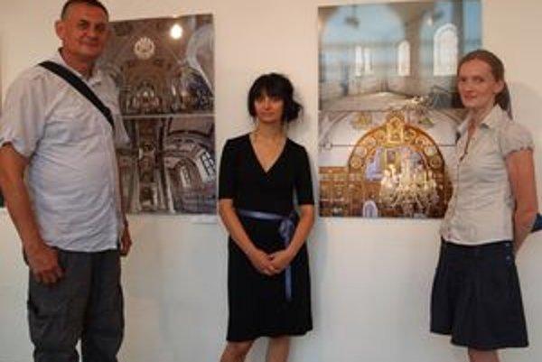 Autori výstavy zľava Ľubo a Monika Stacho, uprostred kurátorka Lucia L. Fišerová.