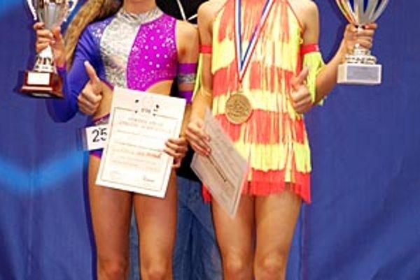 Zľava Alžbetka Hulinová, trénerka Lívia Maťušová a šampiónka Vaneska Lisziová.