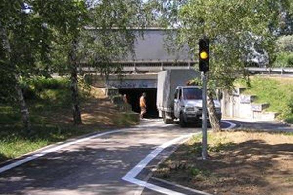 V prípade, že by mala svetelná signalizácia poruchu, autá idúce zo Zobora sa na cestu nedostanú. Jazdiť však po nej môžu autá idúce v opačnom smere - od kruhového objazdu pri moste.