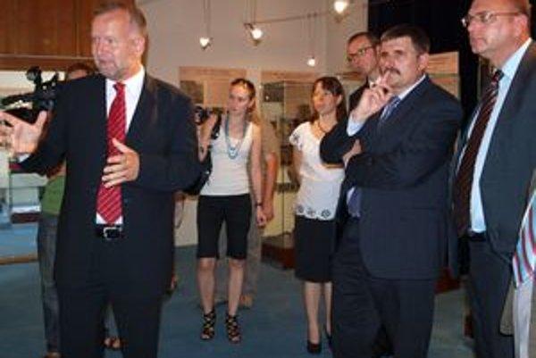 Vľavo riaditeľ AÚ SAV v Nitre Matej Ruttkay pri prehliadke výstavy, vpravo minister Ľubomír Vážny.