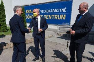 Primátor a župan sa stretli pred očkovacím centrom v auguste.