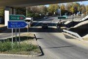 Výjazd z kruhovej križovatky v smere Malý Šariš, v pozadí je výjazd na diaľnicu D1, smer Poprad.