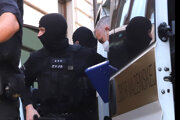 Eskorta privádza na Tibora Gašpara na Špecializovaný trestný súd v Banskej Bystrici.
