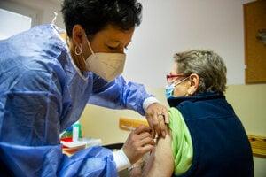 V utorok spustilo ministerstvo zdravotníctva očkovanie treťou dávkou proti covidu ľudí nad 55 rokov, pacientov so zníženou imunitou a zdravotníkov. Ilustračné foto