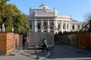 Robotníci stavajú oplotenie okolo stánkov tradičných vianočných trhov pred divadlom Burgtheater vo Viedni 5. novembra 2020.