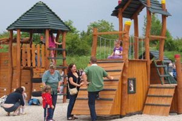 Novému parku pod Borinou sa potešili najmä deti - môžu sa vyšantiť na preliezkach, kolotoči a iných hracích prvkoch.