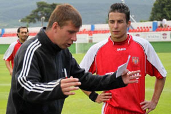 Tréner Šale Martin Babinec v akcii, za ním Ján Čirik.