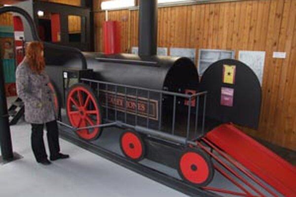 """""""Výstava je zameraná na deti. Pútavou formou im približuje históriu a vývoj vláčikov, železnice a železničnej dopravy u nás aj v zahraničí,"""" hovorí Marianna Hričová z múzea."""