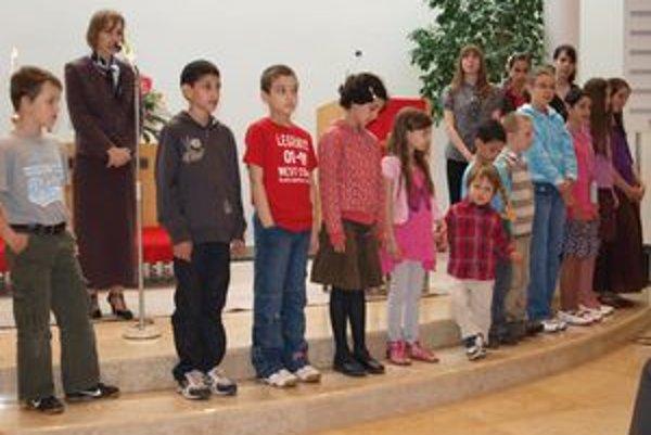 Detskú besiedku, ktorá sa pravidelne schádza v priestoroch evanjelického kostola, vedie Daniela Hajdúchová.
