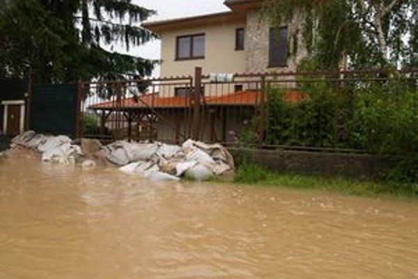 Takto vyzerá dedina v lokalite, kde nie je potok. Záplavy spôsobila dažďová voda.
