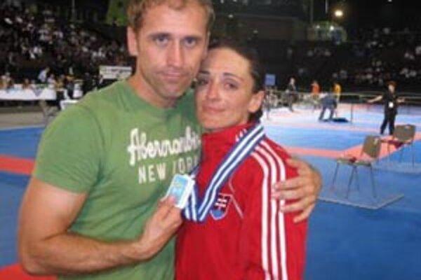 Monika Višňovská s trénerom Róbertom Končálom. Napoly smutní, napoly šťastní.
