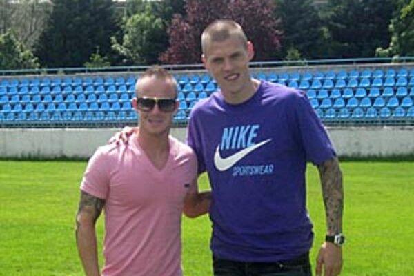 Martin Škrteľ a Miroslav Stoch sa stretli vo štvrtok na poludnie v Nitre. My sme si futbalové esá na chvíľku požičali na spoločnú fotografiu.