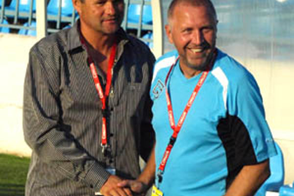 Tréner Ivan Galád (vľavo) zdôrazňuje, že podiel na úspechu má celý realizačný tím. Na snímke je s asistentom Ivanom Vrabcom.