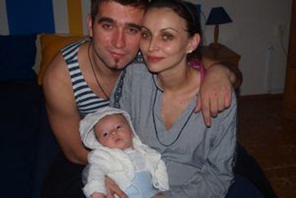 Šťastní rodičia Zuzka a Milan so synom Adamkom.