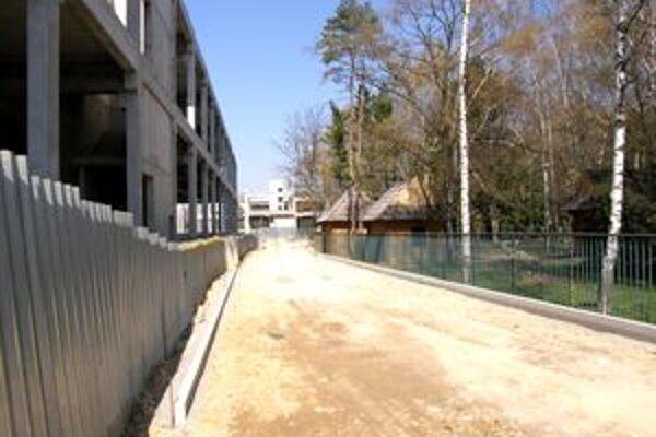 Pozemok pri skelete CityParku sa prepadol, preto chce mesto cestu posunúť na opačnú stranu, za oplotenie súkromnej firmy. Pozemok je mestský, stoja na ňom dve súkromné chatky.