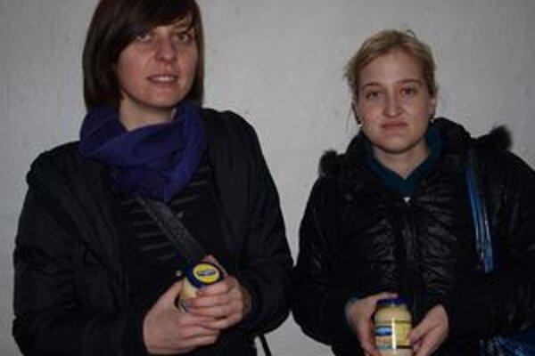 Maja Štefančíková (vľavo) a Lenka Klimešová otvorili výstavu netradične - majolenkou Hellmanns.
