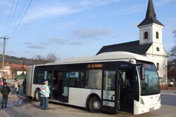 Dvadsaťsedmička jazdí podľa podobného cestovného poriadku ako v decembri. Náklady na jej prevádzku nie sú ešte známe, dopravca, ktorým je spoločnosť Veolia Transport Nitra ich ešte nevie.