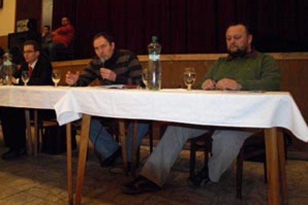 Dvojica Kuczman (v strede) - Gajdács (vpravo), ktorí sú akýmisi lídrami opozície, chceli ľudí zdieľajúcich rovnaké názory minulý štvrtok oboznámiť s krokmi, ktoré podnikli.